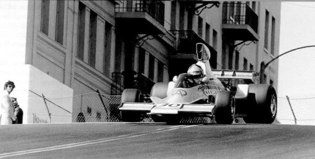 Fittipaldi acelera o Fittipaldi pelas ruas de Long Beach