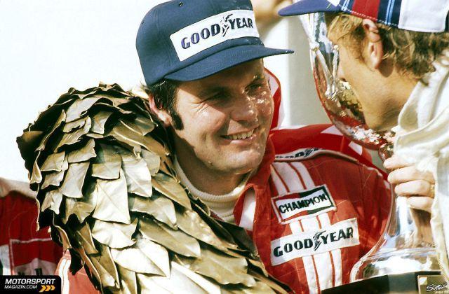 Alan Jones celebrou a primeira vitória na carreira ao lado de Stuck (Brabham) e sem hino da Austrália
